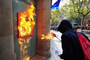 spanish-vandal-lights-atm-on-fire