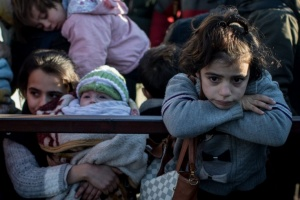syrian-refugees-waiting-cross-into-turkey